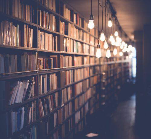Regale in einer Bibliothek