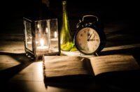 Buch mit Teelicht und Wecker