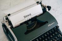 Schreibmaschine mit News-Blatt